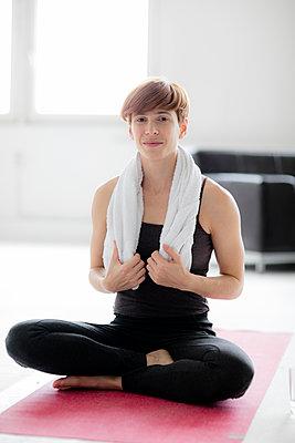 Frau nach dem Yoga - p1212m1123406 von harry + lidy