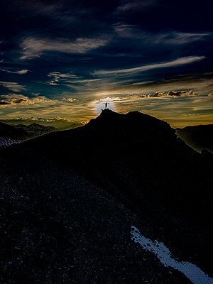 Silhouette einer Person auf einem Gipfel - p1455m2204851 von Ingmar Wein