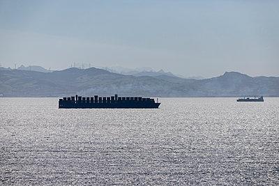 Spain, Andalusia, Tarifa, Strait of Gibraltar, Container ship - p300m2083462 von Sebastian Kanzler