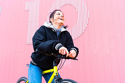 Beautiful woman with fixie bike in Madrid, Spain. - p300m2250415 von David Agüero Muñoz
