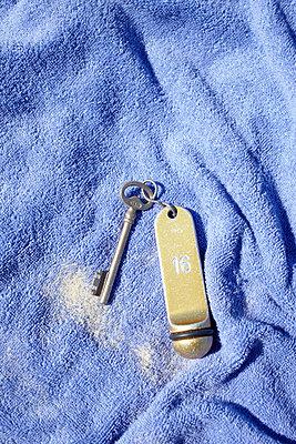 Zimmerschlüssel auf dem Handtuch - p464m877497 von Elektrons 08
