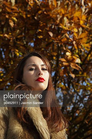 Junge Frau im Pelz - p0452911 von Jasmin Sander