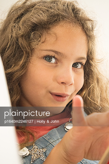 Little girl with curly hair, close-up - p1640m2246127 by Holly & John