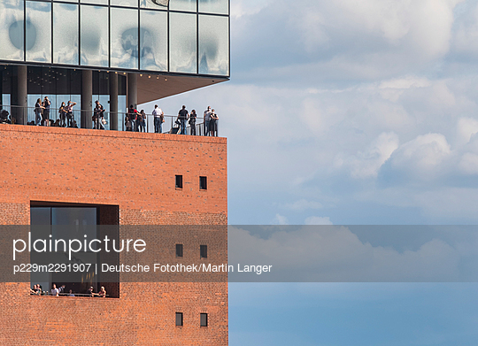 Elbe philharmonic hall with tourists - p229m2291907 by Martin Langer