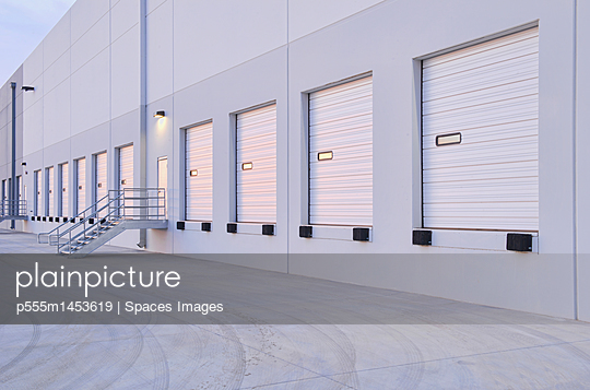 Closed doors of warehouse loading dock - p555m1453619 by Spaces Images