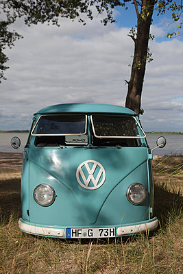 VW-Bus am See - p045m1589560 von Jasmin Sander