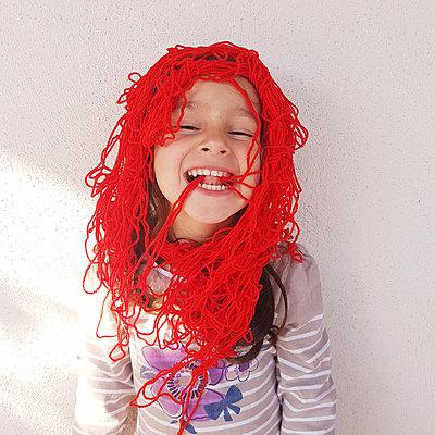 Little girl with wool threads on head, portrait - p1105m2185253 by Virginie Plauchut