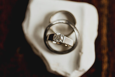 Overhead view of diamond ring on table - p1166m1507952 by Cavan Images