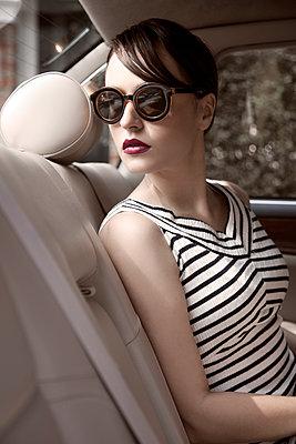 Junge Frau auf Rücksitz im Auto - p1248m1185553 von miguel sobreira
