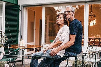 Reifes Paar auf der Terrasse - p586m1178633 von Kniel Synnatzschke