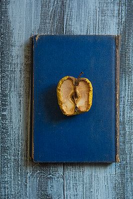 Alter Apfel auf einem alten Buch - p794m2031126 von Mohamad Itani