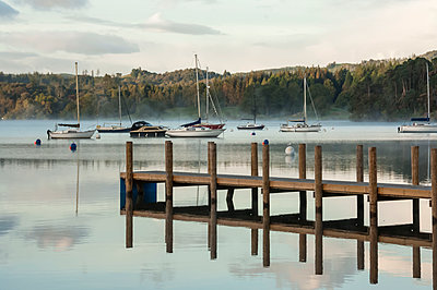 Jetty on Lake Windermere in Lake District, England - p871m2077652 by James Emmerson
