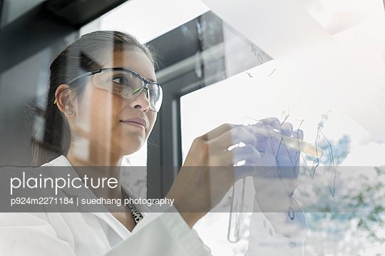 Germany, Bavaria, Munich, Female scientist working in laboratory - p924m2271184 by suedhang photography