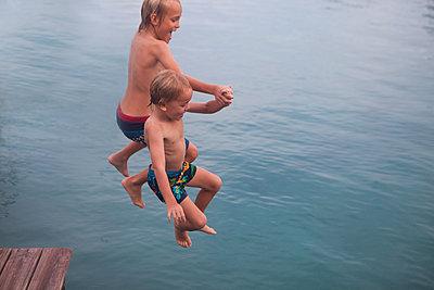 Jubelnd ins Wasser springen - p045m1574428 von Jasmin Sander