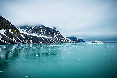 Schiff in Spitsbergen - p1062m954000 von Viviana Falcomer