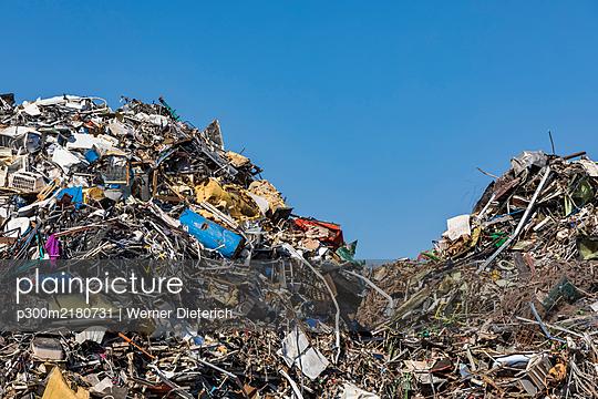 Germany, Baden-Wurttemberg, Stuttgart, Scrap metal lying in junkyard - p300m2180731 by Werner Dieterich