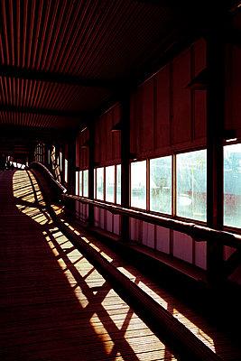 Brücke im Hamburger Hafen - p432m1550396 von mia takahara