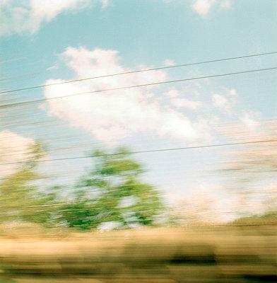 blurred landscape through car window - p3880269 by Ulrike Leyens