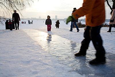 Eisfläche auf der Alster - p781m776759 von Angela Franke