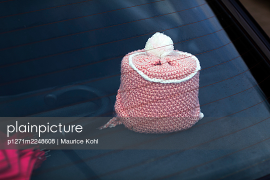Auto mit gehäkelter Toilettenrolle - p1271m2248608 von Maurice Kohl