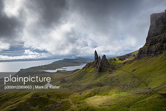 UK, Scotland, Inner Hebrides, Isle of Skye, Trotternish, Old Man of Storr - p300m2069663 by Markus Keller
