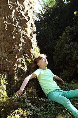 Boy relaxing in the sun - p045m925805 by Jasmin Sander