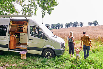 Family camping - p1124m2228997 by Willing-Holtz