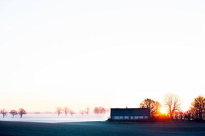 Sweden, Skane, Skurup, Soderslatt, Landscape with cottage during winter - p352m1349574 by Lina Roos