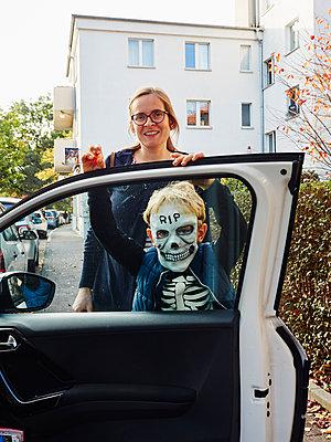 Mutter und Sohn an  Halloween - p358m2099225 von Frank Muckenheim