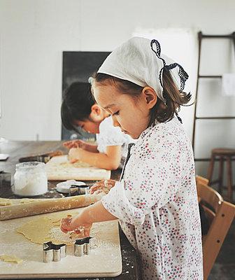Little girls baking - p500m668543 by Yumiko Kinoshita