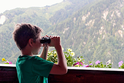 Boy looking through field glass - p879m1185655 by nico