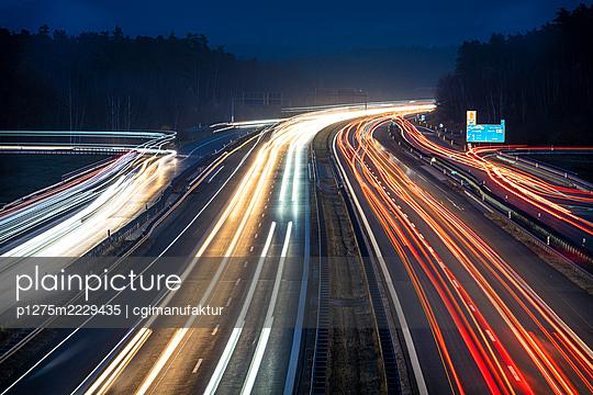 Deutschland, Bayern, Lichtspuren auf der Autobahn - p1275m2229435 von cgimanufaktur