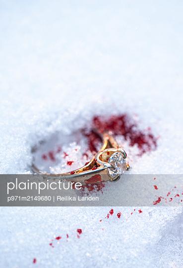 Bloody ring in snow - p971m2149680 by Reilika Landen