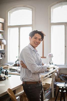 Junger asiatischer Unternehmensgründer im Büro - p1284m1541366 von Ritzmann