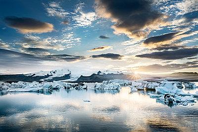 Iceland, South of Iceland, Joekulsarlon glacier lake, icebergs - p300m2023797 von Dirk Moll