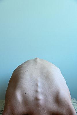 Magerer Rücken einer Frau - p427m2210802 von Ralf Mohr