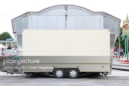 Rückseite einer Jahrmarktbude - p237m1461215 von Thordis Rüggeberg