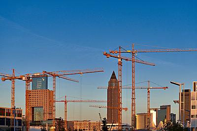 Baukräne in der Stadt - p227m1191153 von Uwe Nölke