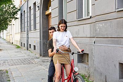 Dem auf fahrrad minirock im Fahrradfahren mit
