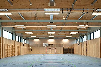Leere Sporthalle - p473m1493077 von Vienna Slide