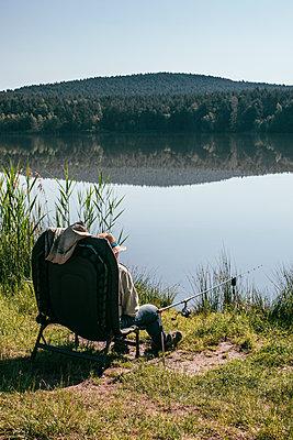 Mann beim Fischen  - p728m1582534 von Peter Nitsch