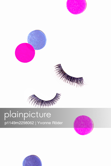Fake lashes and confetti - p1149m2298062 by Yvonne Röder