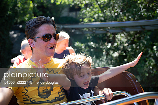Vater und Sohn in der Achterbahn - p1308m2222775 von felice douglas