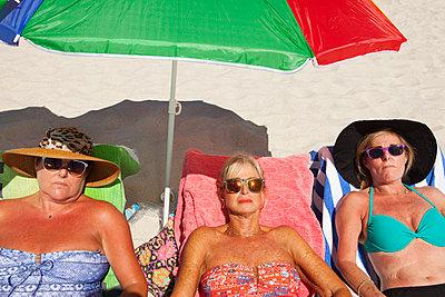 Drei Freundinnen im Badeurlaub - p045m1423845 von Jasmin Sander
