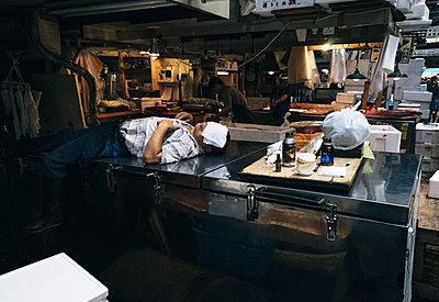 Erschöpfter Fischer auf japanischem Fischmarkt - p1180m1155040 von chillagano