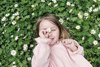 Portrait of little girl lying on flower meadow - p300m1587019 by Katharina Mikhrin