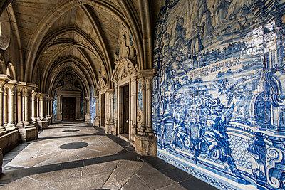 The 14th Gothic cloister with azulejos tilework, Porto Cathedral or Se do Porto, Porto, Portugal - p651m2006711 by Stefano Politi Markovina photography