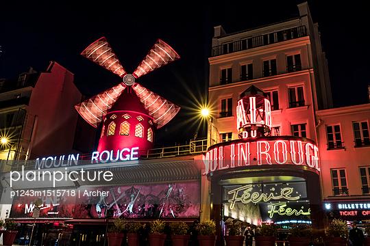 Moulin Rouge bei Nacht - p1243m1515718 von Archer