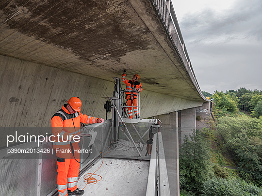 Inspection and maintenance work at bridge - p390m2013426 by Frank Herfort