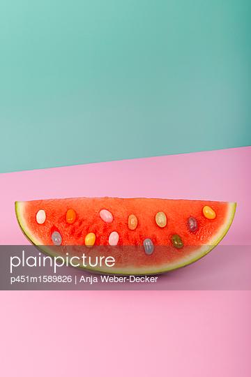 Wassermelone mit Jelly Bellys Kernen - p451m1589826 von Anja Weber-Decker